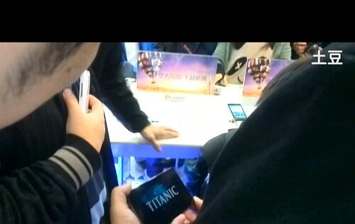 Huawei Exec Demos 6.1-inch Ascend Mate Ahead of CES 2013