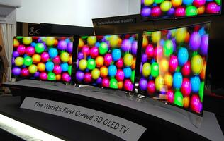 LG Stuns CES 2013 Crowd with World's First Curved 3D OLED TV