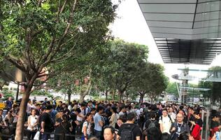 Over a hundred queue up for South East Asia's first Apple Store iPhone launch