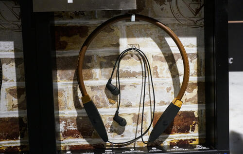 First looks at the Klipsch R5 Neckband headphones and RSB-3 soundbar