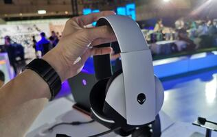 Alienware drops an affordable 7.1 surround sound USB gaming headset